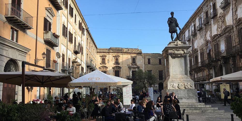 La statua di Carlo V in piazza Bologni di Palermo